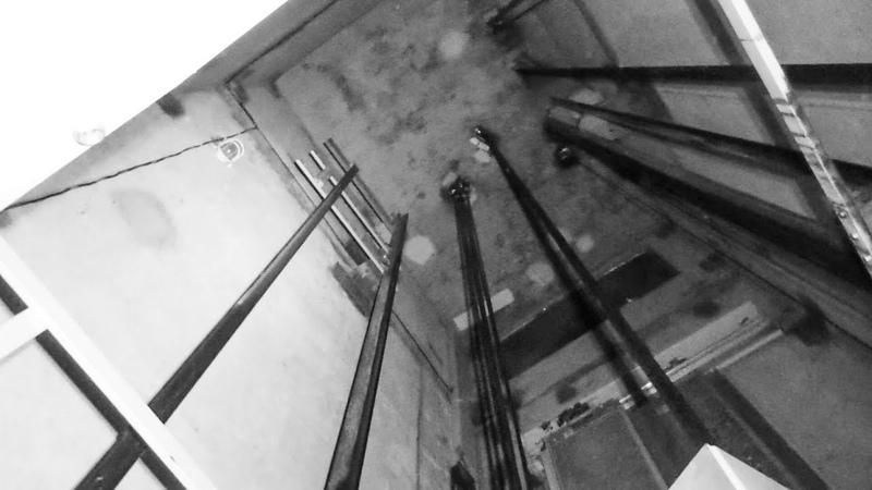 Люк в потолке лифта Открыл и застрял