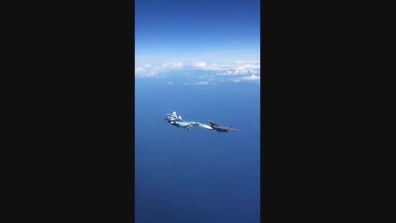 Un F-15 de l'Otan chassé par un Su-27