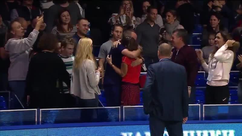Дарья Касаткина плачет в объятиях своего тренера после победы