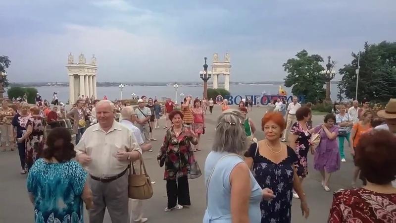 Волгоград. Центральная набережная. Живая музыка и танцы под духовой оркестр