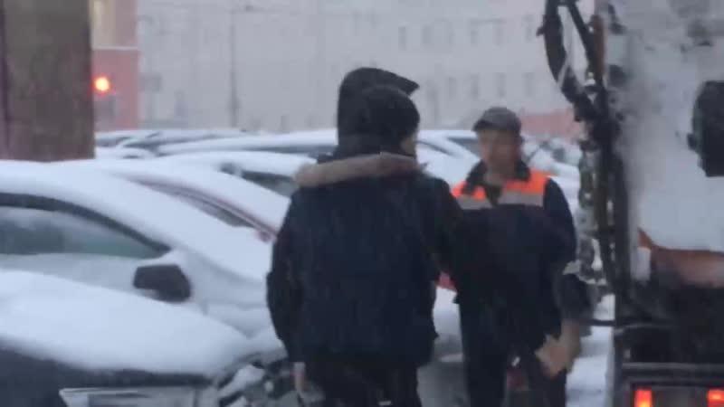 Водители снегоуборочной машины и легковушки устроили драку после ДТП на Смольном проспекте Петербурга