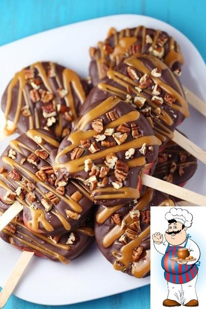 Карамельные яблоки с шоколадом и орехами