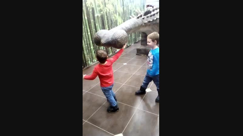 Бой с динозавром 😂😂😂