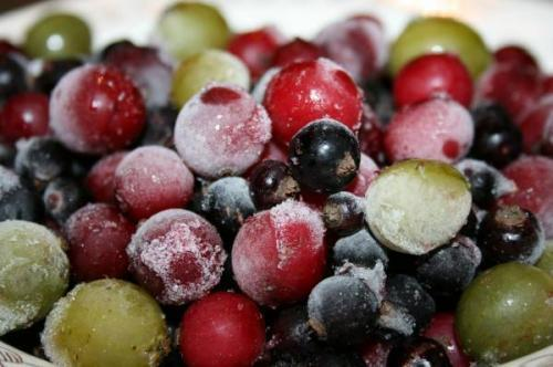 сохраняем овощи и фрукты методом заморозки предлагаем следующие рецепты заморозки овощей и фруктов:1. клубника с сахаромпродукты: 1 кг клубники, 700 г сахара.клубнику перебираем, удаляем