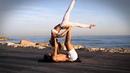 Красивая парная акро-йога на берегу моря