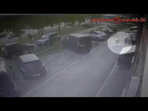 Последние секунды жизни появилось видео падения мужчины на Харьковском шоссе в Киеве