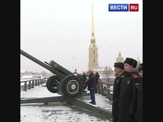 В Петропавловской крепости Путин выстрелил из пушки