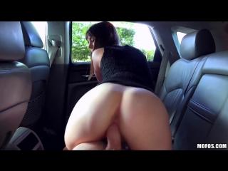 Парень поимел очаровательную брюнеточку в своей машине. порно