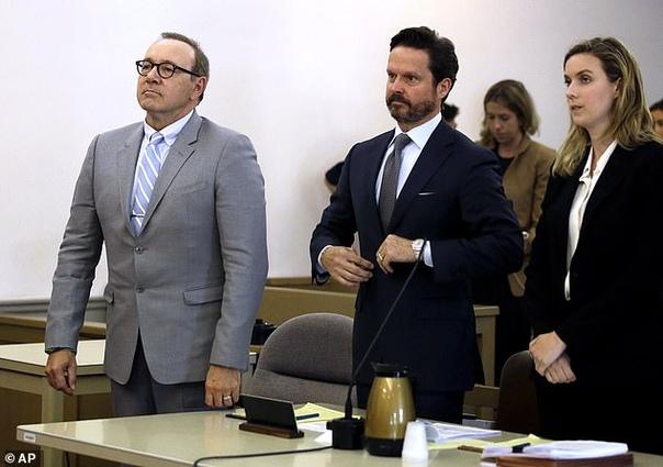 Кевин Спейси посетил слушание дела о его неподобающем поведении Американский актер Кевин Спейси неожиданно появился в суде Массачусетса, где должно было рассматриваться дело о его непристойном