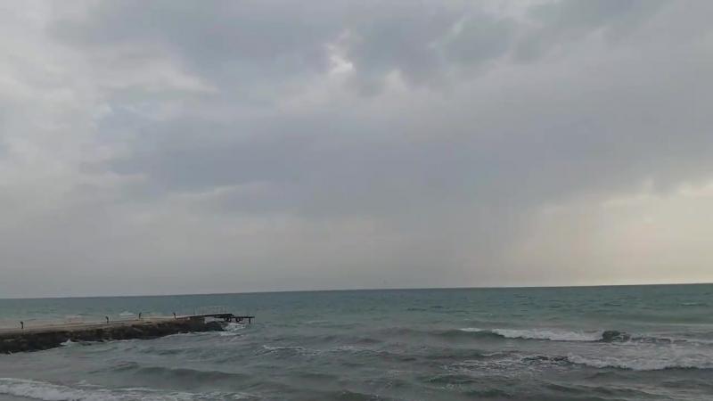 Пасмурная погода со слоисто-кучевыми облаками, предвещающие проливной дождь.