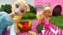 Elsa de Frozen y Evi van al bosque con el coche de Barbie Juego de picnic
