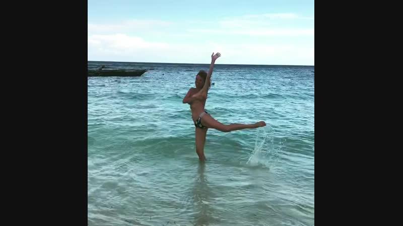 Наталья Штурм топлес плещется в тихом океане 😯