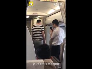 стюардессе сделали предложение прямо на борту самолета