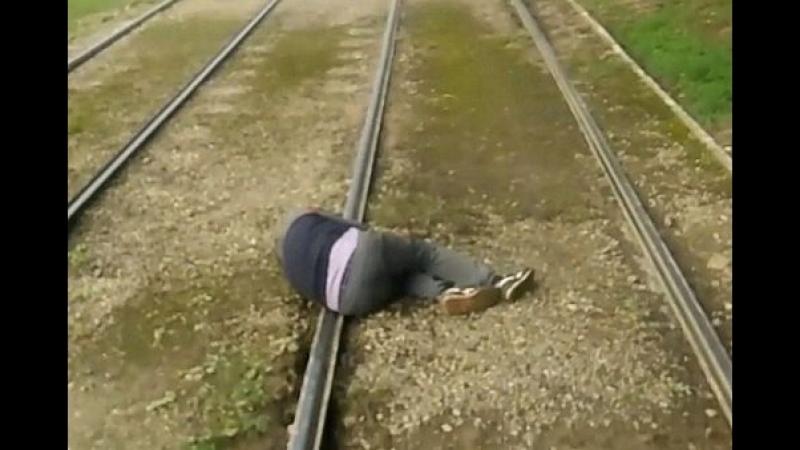 Заснул на рельсах.