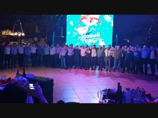 Танец всех мужчин в новогоднюю ночь