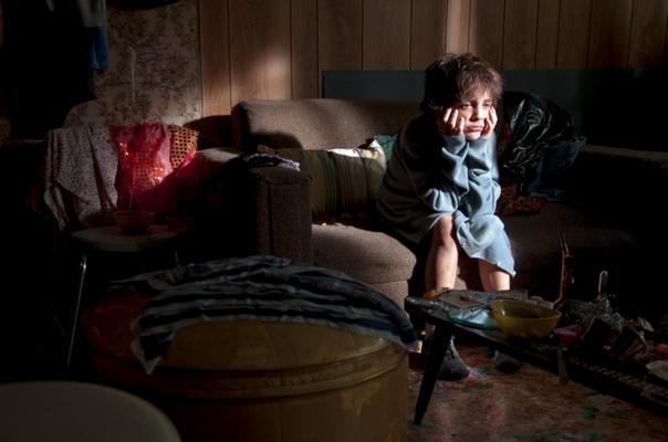 ивашка русоволосый мальчишка, лет шести, безучастно смотрел как его папу, в наручниках, волоком тащат в милицейский бобик. мама спала мертвецки пьяным сном на пороге дома и в этом цирке не