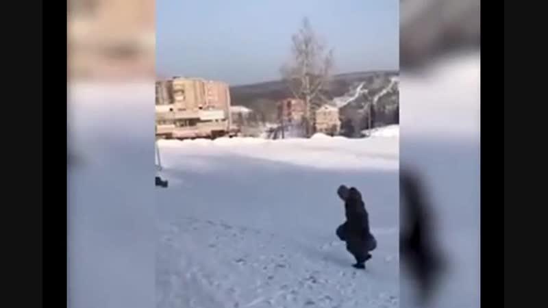 Житель Железногорска-Илимского принес пакеты с мусором под двери местной администрации.