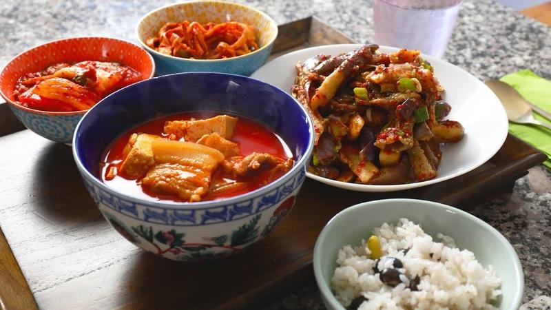 Spicy pork stew (Dwaejigogi-jjigae: 돼지고기찌개)