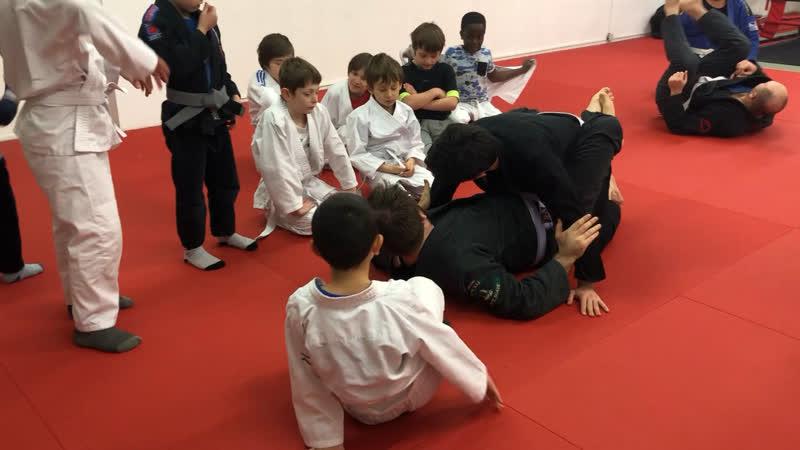 Тренер Шамиль объясняет хорошо Если хотите чтобы ваш ребёнок хорошо научился бжж и дисциплине приводите его в Легион Ницца БЖЖ