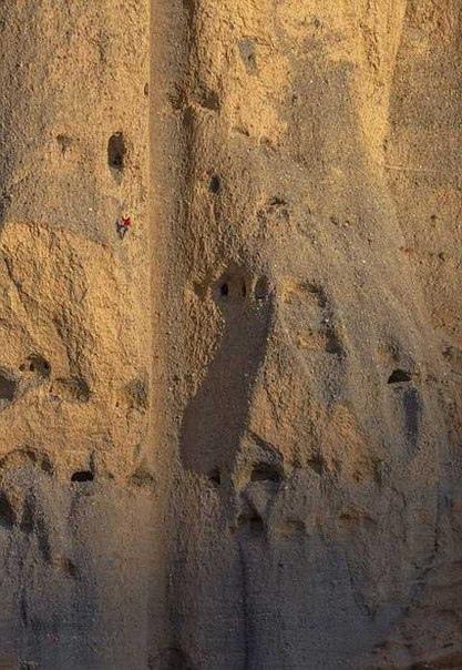 На территории Гималаев, на высоте около пятидесяти метров над землей скрыты искусственные пещеры, которые стали одной величайших археологических загадок на планете. Ученые до сих пор пытаются разгадать ее.