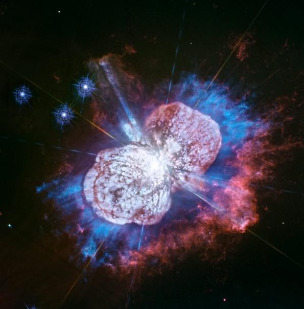 Недавно космический телескоп «Хаббл» получил потрясающее изображение сверхмассивной двойной звезды Эта Киля, находящейся от нас примерно в 7500 световых годах