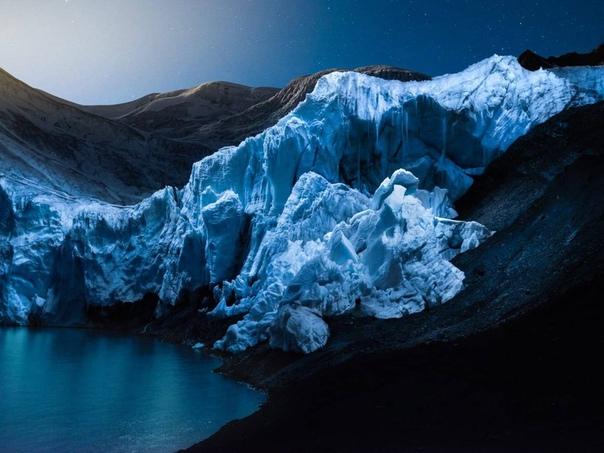Фотограф Рубен Ву снимает необыкновенные пейзажи, многие из которых больше похожи на внеземные и инопланетные. Все дело в том, что он использует дроны для подсветки природных образований: будь то горы, скалы или ледник. Работы фотографа объединены в проек