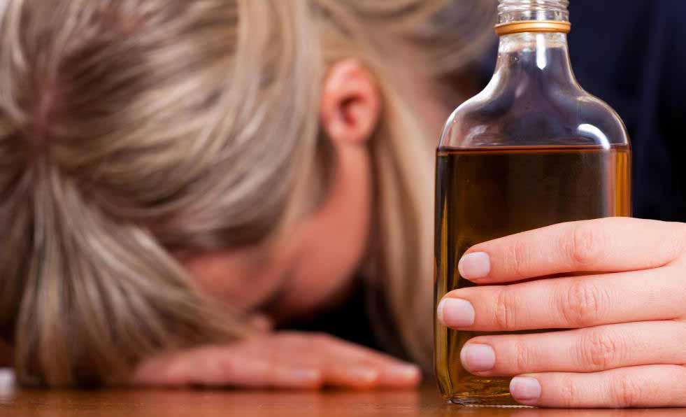 Приступы алкогольной абстиненции с большей вероятностью могут случиться с кем-то, кто долгое время был алкоголиком и пытался детоксицироваться раньше.