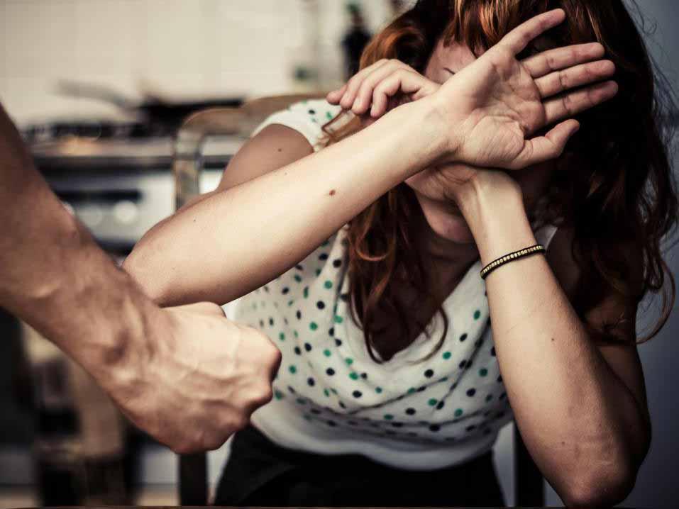 Алкоголизм часто связан с домашним насилием.