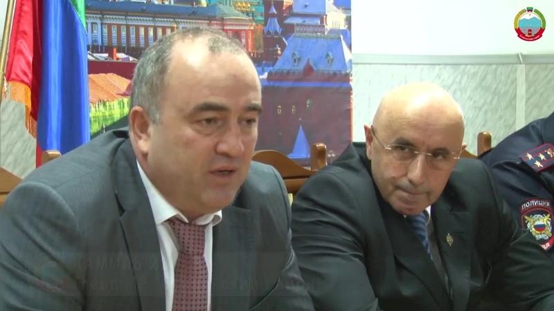 Граждан России стало больше! Глава Буйнакского района Камиль Изиев вручил школьникам паспорта