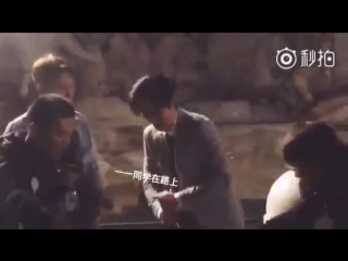 Чжу Илун после вечеринки пытается открыть шампанское