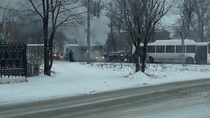 На Южном поселке вспыхнул автобус Чебоксары
