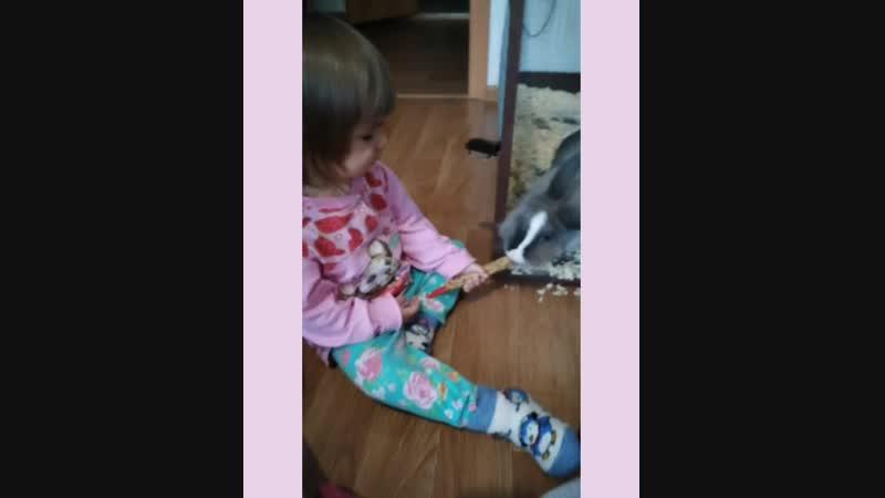 Маленькая Надя с Вафелькой