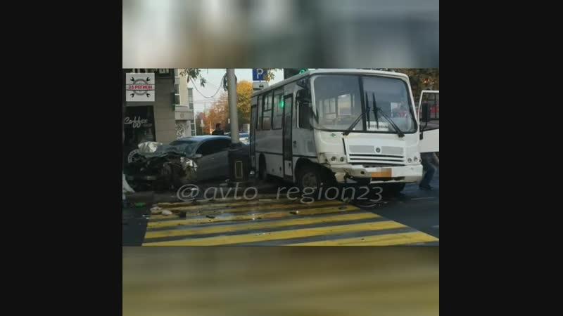 В ДТП с маршруткой в центре Краснодара пострадал 2-летний ребенок