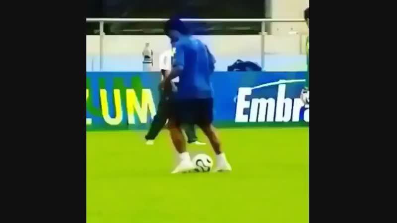 Когда каждая тренировка Роналдиньо - настоящий перфоманс!