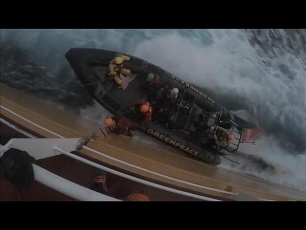 Активисты Гринпис в знак протеста высадились на борту танкера …
