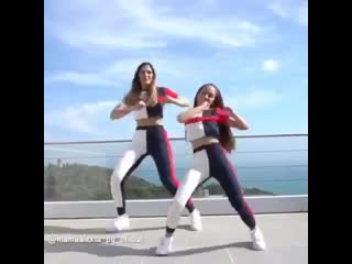Хозяйка на всю голову () мама с дочкой танцуют