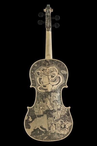 Ад из Божественной комедии Данте на скрипках Леонардо Фриго, художник из Лондона, иллюстрирует биографии и рассказы на таких музыкальных инструментах, как скрипки и виолончели. Более четырех