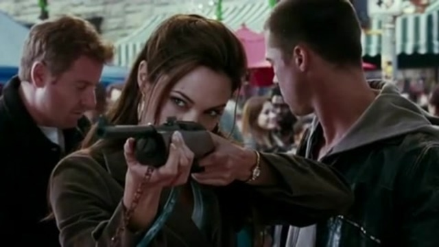 Анджелина Джоли в тире