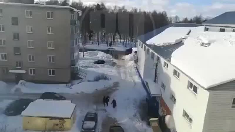 Снег с крыши едва не накрыл бабушку г. Заволжск Ивановская область.mp4