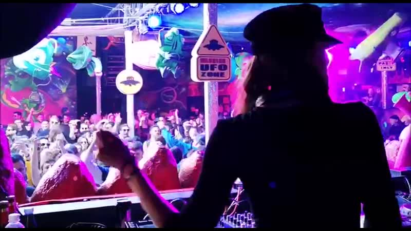 Anabel Sigel playing Alex Twitchy - Moonwalker at Elrow party [Barcelona, Spain]