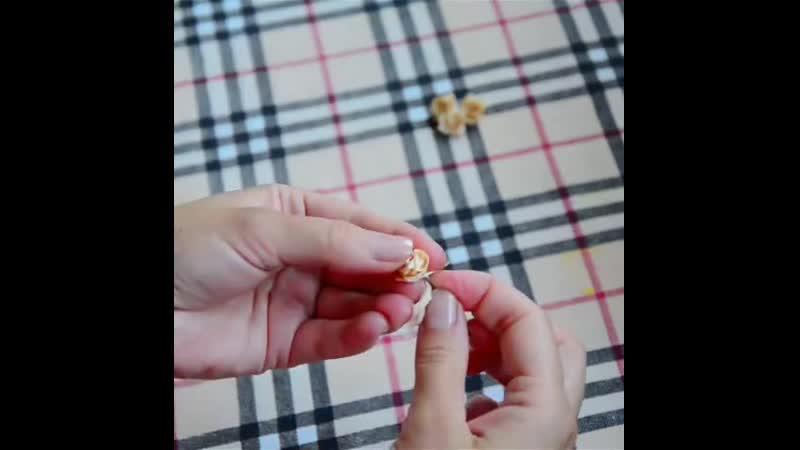 Как скрутить из ленты маленькую розочку
