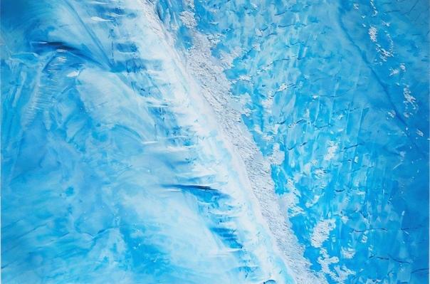Художница Зарии Форман (Zaria Forman) из Гренландии создает захватывающие гиперреалистичные картины моря с целью показать хрупкость окружающего мира. Каждый из ее пастельных рисунков захватывает дух своей красотой и непринужденностью. В 2012 году в рамках