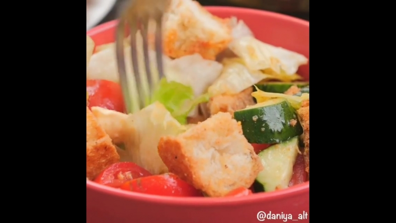 Рецепт быстрого салата с сухарями, моцареллой и овощами 🍅🥒🧀