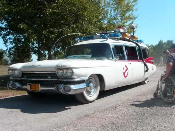 Ecto 1 tribute and siren in French meeting