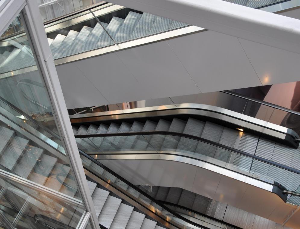 Инженерные системы зданий могут включать в себя проектные эскалаторы с эффективностью.