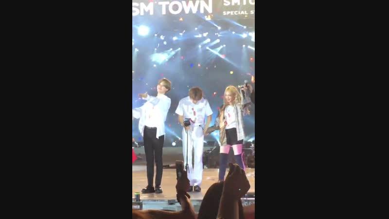 Тэмин и Чону держатся за руки