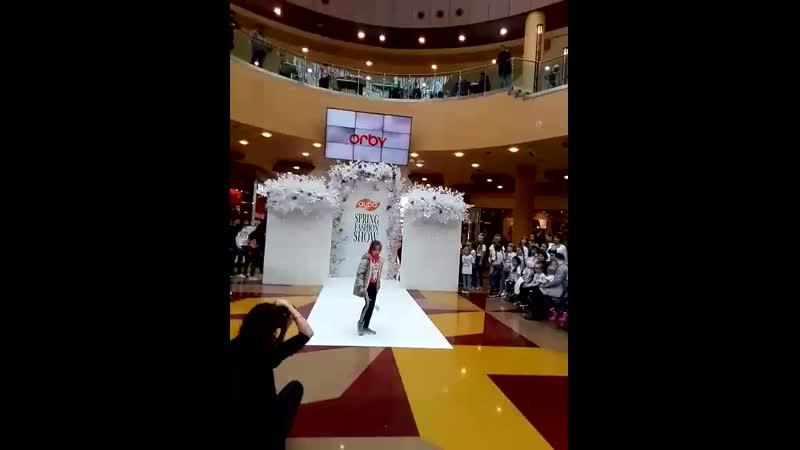 Большой весенний показ SpringFashionShow от брендов @surgutaura и модельной школы @detkids86! . springfashionshowсургут detkid