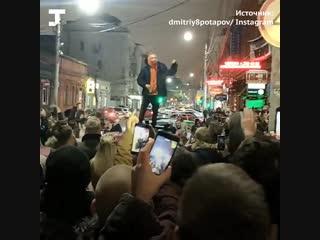 Хаски задержали в Краснодаре во время выступления на крыше машины