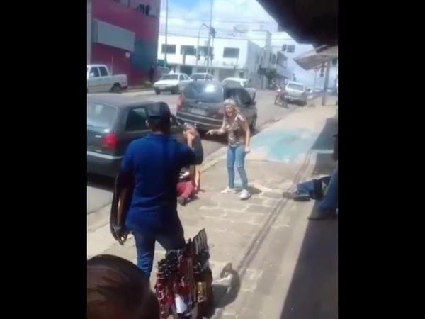 Mulher bate no bandido com um cinto