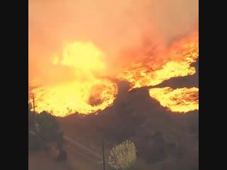 Огненный смерч на пожаре в Малибу Каньон округа Вентура (США, Калифорния, 9 ноября 2018).